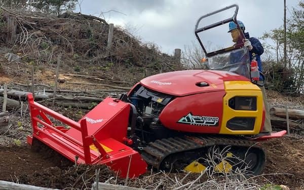 山の斜面を整備する造林機「山もっとジョージ」を開発し、改良を進めている
