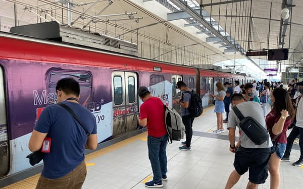 新駅アンティポロ駅で乗車を待つ人々(5日、マニラ近郊)