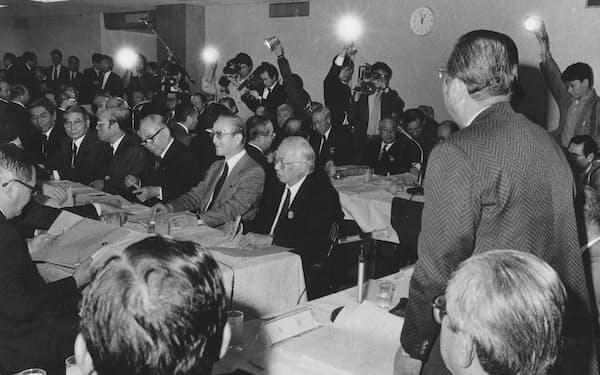 流通団体の代表に意見聴取の趣旨を説明する自民党税調の山中貞則会長(右)。流通、繊維、サービス業などの18団体から意見聴取した(1988年4月13日、自民党本部で)