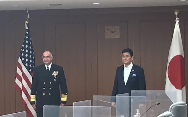 会談に臨む岸防衛相(右)とリチャード米戦略軍司令官(12日、防衛省)