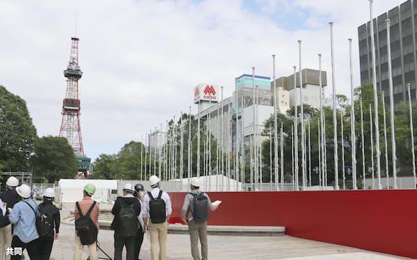 マラソンと競歩に参加する国や地域の旗を掲揚するためのポール=12日午後、札幌市の大通公園