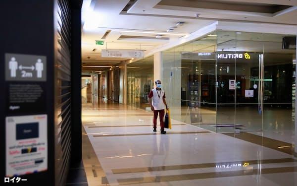 東南アジアでは新型コロナウイルスの影響で外出制限などが相次ぐ(タイ・バンコク市内で休業中のショッピングモール)=ロイター