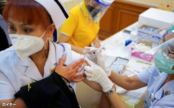 タイの医療従事者は主にシノバック製ワクチンの接種を受けた(2月)=ロイター