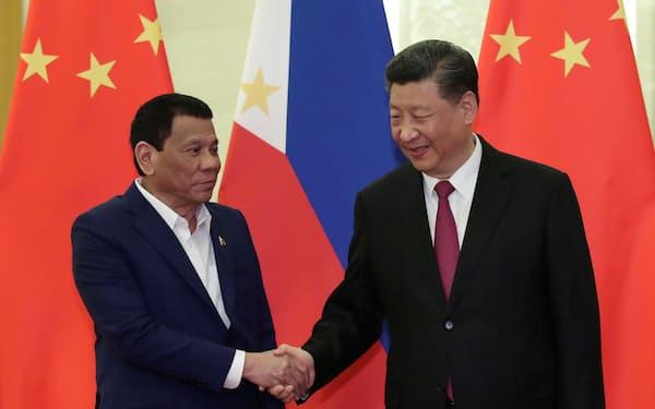 領有権を争う東南アジア各国は、中国の経済支援を無視できず強い対応が取れない(2019年4月、フィリピンのドゥテルテ大統領(左)と中国の習近平主席)=ロイター