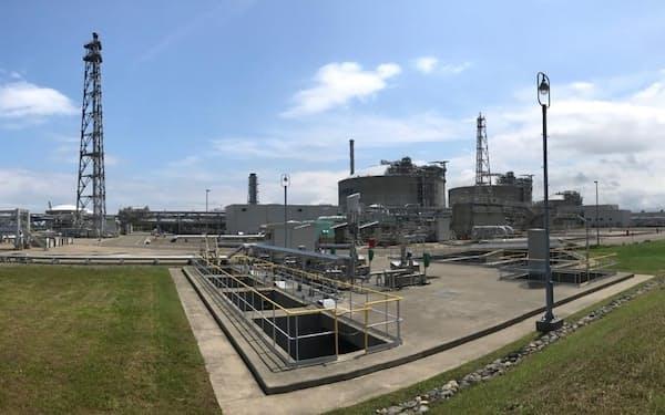 カーボンニュートラルLNGを積んで直江津LNG基地に到着したタンカー(左端)=10日、上越市
