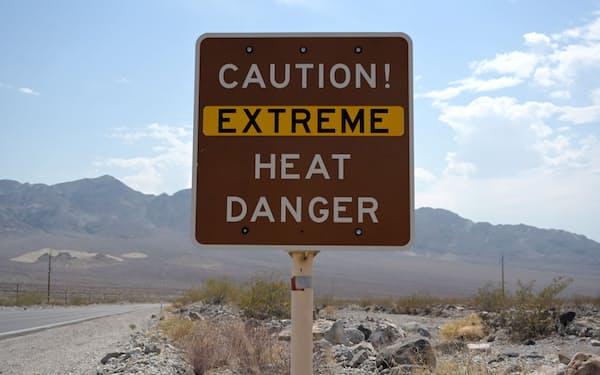 熱波に警戒を呼びかける看板(11日、カリフォルニア州デスバレー)=ロイター