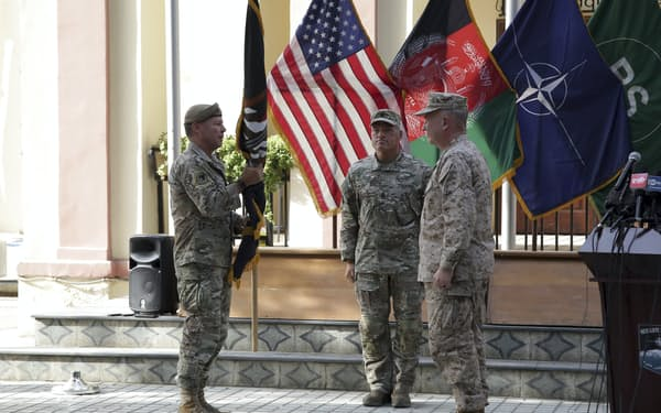 アフガン駐留米軍のミラー司令官㊧は作戦指揮権を米中央軍のマッケンジー司令官に移譲した(カブール)=AP