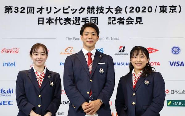 東京五輪日本代表選手団の(左から)副主将の石川佳純、主将の山県亮太、旗手の須崎優衣。五輪アスリートたちの意識改革も求められていると感じる=代表撮影・共同