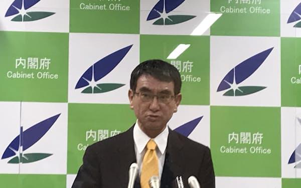 記者会見に臨む河野規制改革相(13日)