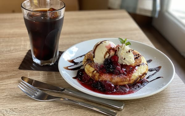 スマートフォンで撮影したベリーのパンケーキ。光を反射したベリーに視線が集まる(東京都杉並区のムッチーズカフェ=鈴木 愛子撮影)