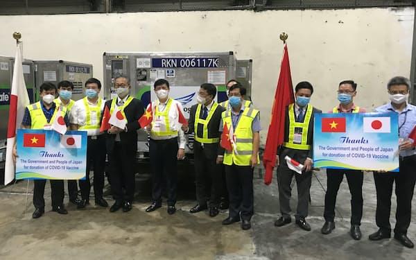ベトナムのグエン・タン・ロン保健相らが出迎えた(6月、ハノイ市)