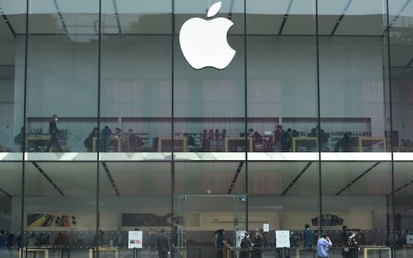 オーフィルムはアップルのスマホ向けにカメラ部品を供給してきた(中国のアップル店舗)=ロイター