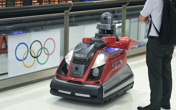 五輪の会場警備でも導入される巡回監視ロボット「セコムロボットX2」(8日、成田空港)