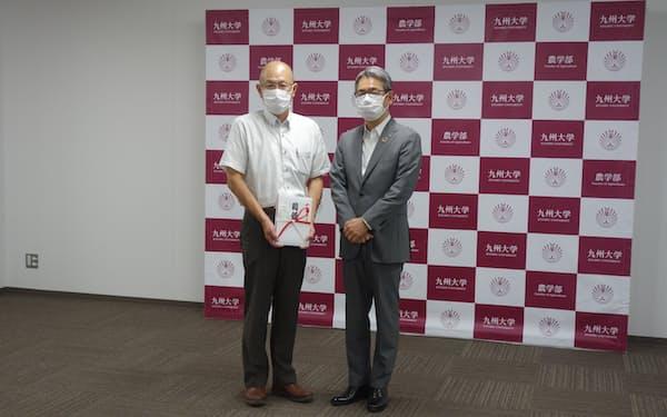 贈呈式に出席したふくおかFGの五島取締役㊨と九大の日下部教授(福岡市)