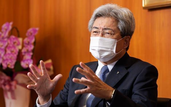 なかがわ・としお 1977年札幌医大卒、88年札幌市内に新さっぽろ脳神経外科病院を開設。医療法人の理事長・院長をこなす傍ら母校の医学部や大学院で臨床教授を務めた。                                                          2005年から日本医師会の要職を歴任。20年の会長選で現職の横倉義武氏を破って20代会長に就いた。社会保障審議会、中央社会保険医療協議会など枢要な厚労相の諮問機関委員を兼職した。主に民間病院や開業医の立場から歯にきぬ着せぬ発言を続ける。70歳