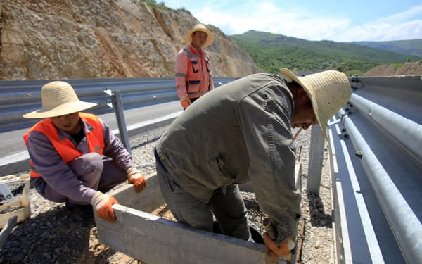 中国が融資した高速道路の建設現場(5月、モンテネグロ)=ロイター