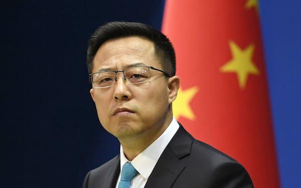 記者会見する中国外務省の趙立堅副報道局長(北京)=共同