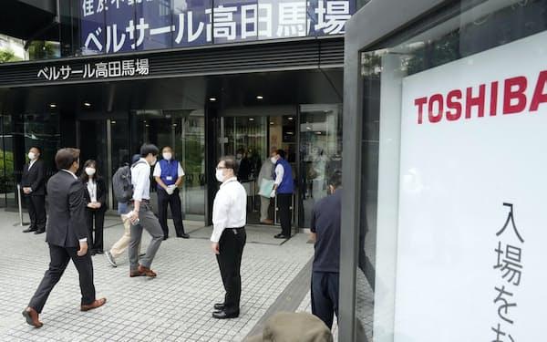 東芝の株主総会会場に向かう人たち(6月25日午前、東京都新宿区)