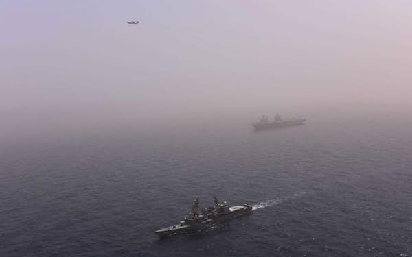英空母クイーン・エリザベス(奥)と海上自衛隊の護衛艦せとぎり(アフリカ東部ソマリア沖アデン湾)=防衛省提供・共同