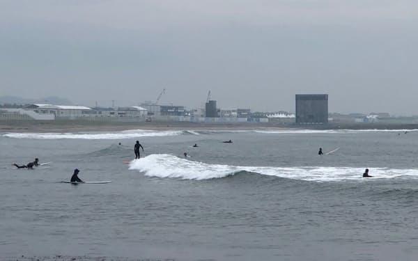 五輪会場(写真奥)近くの海岸は平日もサーファーでにぎわっていた(6日、千葉県一宮町)
