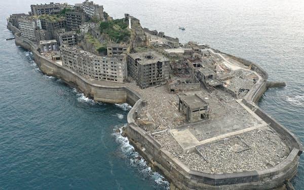 ドローンで2020年12月に撮影した軍艦島。中央のサイコロ状の建物が日本最古のRC造アパート「30号棟」だ
