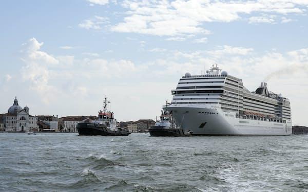 大型クルーズ船の入港で生態系や建築への悪影響が懸念されている(6月、ベネチア)=AP