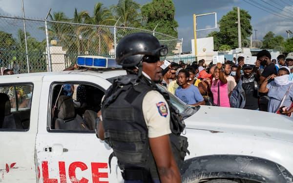 米大使館の周囲を警備するハイチの警察(9日、ポルトープランス)=ロイター
