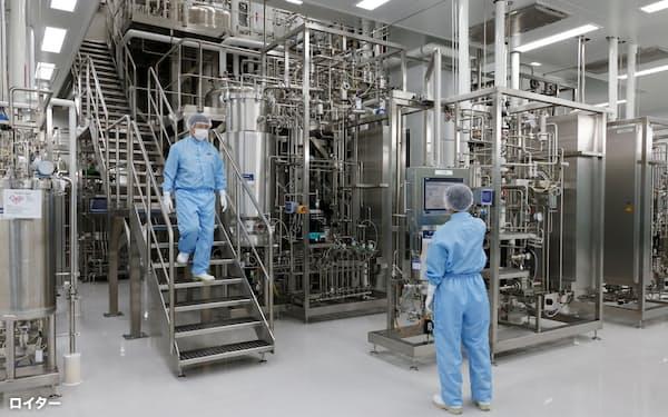 1日、韓国・平沢(ピョンテク)市のバイオプラント工場で作業する従業員=ロイター