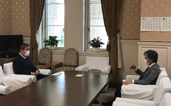 自民党の森山裕国対委員長(左)と立憲民主党の安住淳国対委員長