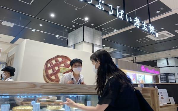 地元の人気店が多く出店する(14日、横浜市)