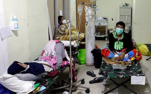 ジャカルタではコロナ対応で病床が不足し簡易ベッドで患者を処置するケースも(6月29日)=ロイター