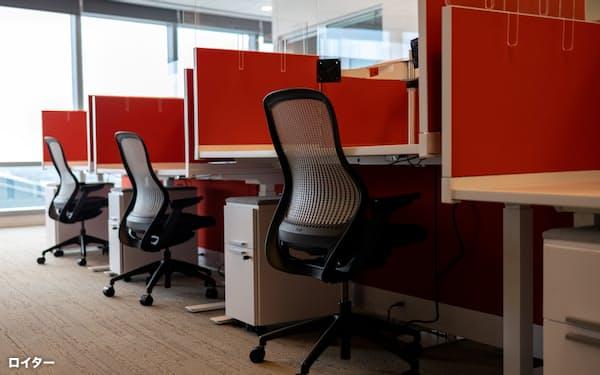 オフィスの机ごとの仕切りは低くなり、取り払われることも多くなったが、逆に集中が必要な仕事はしにくくなったのかもしれない=ロイター