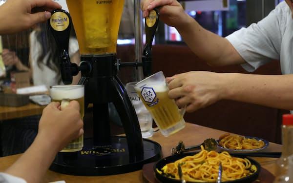 飲食店でビールを注ぐ客(13日、名古屋市中区)