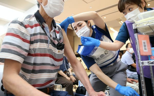 自治体の集団接種会場でワクチンを接種する男性(3日、神奈川県海老名市)