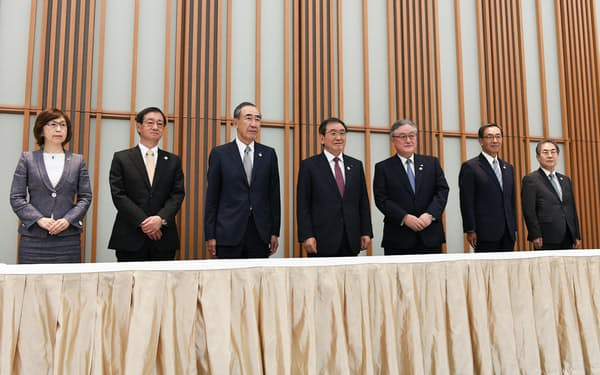 6月1日の経団連定時総会での記念写真。三菱電機会長の柵山氏(左から3人目)は現在は活動を自粛。十倉会長(左から4人目)のリーダーシップが問われている。