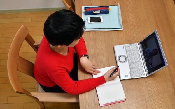 在宅勤務でパソコンに向かう会社員