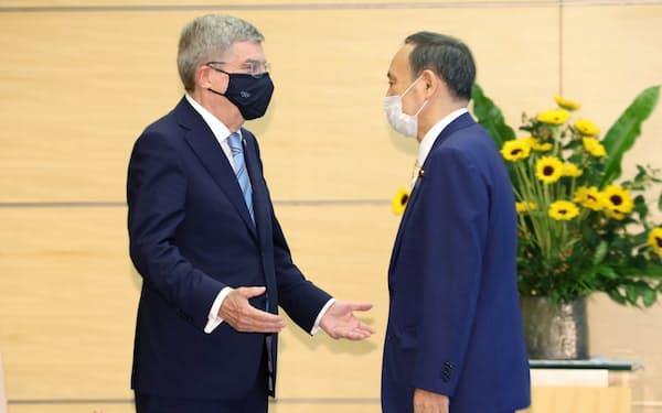 バッハIOC会長(左)とあいさつを交わす菅首相(14日午後、首相官邸)