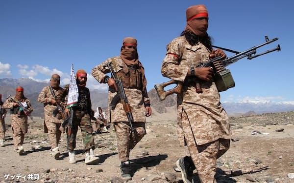 カブールに近いラグマン州で、米国との和平合意を祝うタリバンの兵士ら(2020年3月)=ゲッティ共同