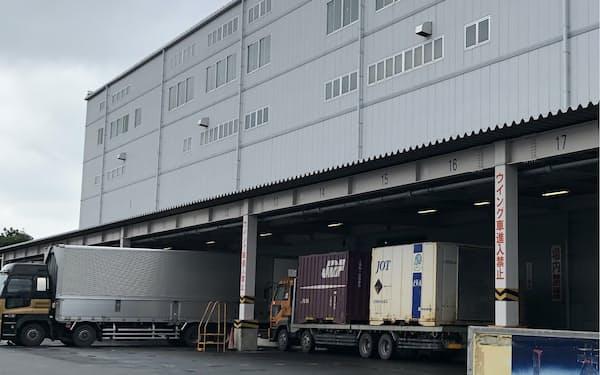 業界全体でトラックの待機時間を減らす工夫が進む(ライオンの北関東流通センター、埼玉県加須市)