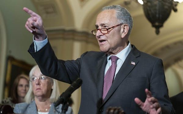 記者会見する米上院民主党トップ、シューマー院内総務(13日、ワシントン)=UPI・共同