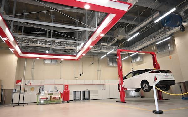 「ピット施設」では自動車の分解や調査、開発した部品の試験搭載などができる(14日、横浜市)