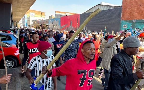 南アフリカではズマ前大統領の収監に抗議する暴動が発生し混乱が広がっている(11日、ヨハネスブルク)=ロイター