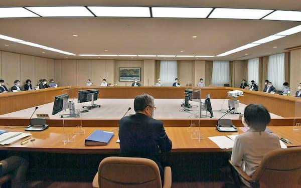 議論を再開した中央最低賃金審議会の小委員会=14日午前、東京都内(代表撮影)