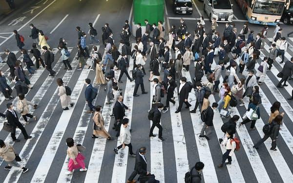 マスク姿で通勤する人たち(4月、JR大阪駅前)