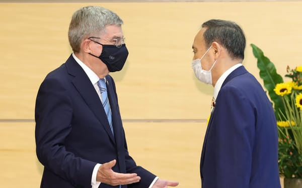 会談を前にIOCのバッハ会長(左)とあいさつを交わす菅首相(14日、首相官邸)