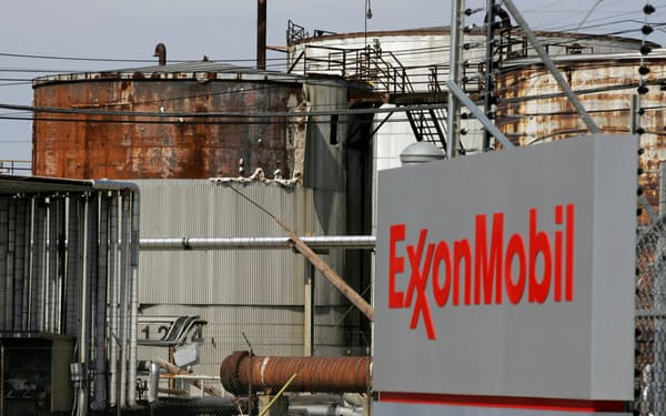 石油株は一進一退が続く(エクソンモービルの精油施設)=ロイター