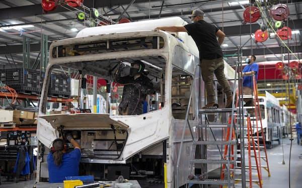 電動バスの組み立て工場(米カリフォルニア州)=ロイター