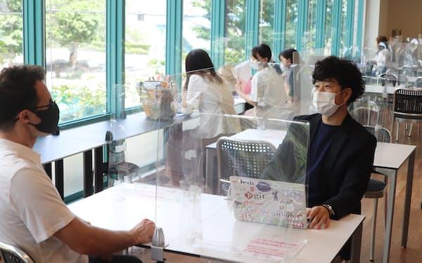 戸板女子短大で入試・広報部長を務める渋谷さん(右)は教職員や生徒らと意見交換しながら、大学の広報戦略を練る(7月、東京都港区)