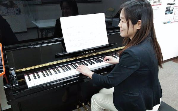 タブレットも活用したオンラインレッスン中の島村楽器・ピアノ科インストラクター若旅美希子氏