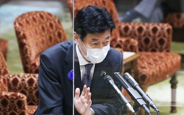 酒提供店への対策強化策を巡り、参院内閣委で答弁する西村経財相(15日午前)